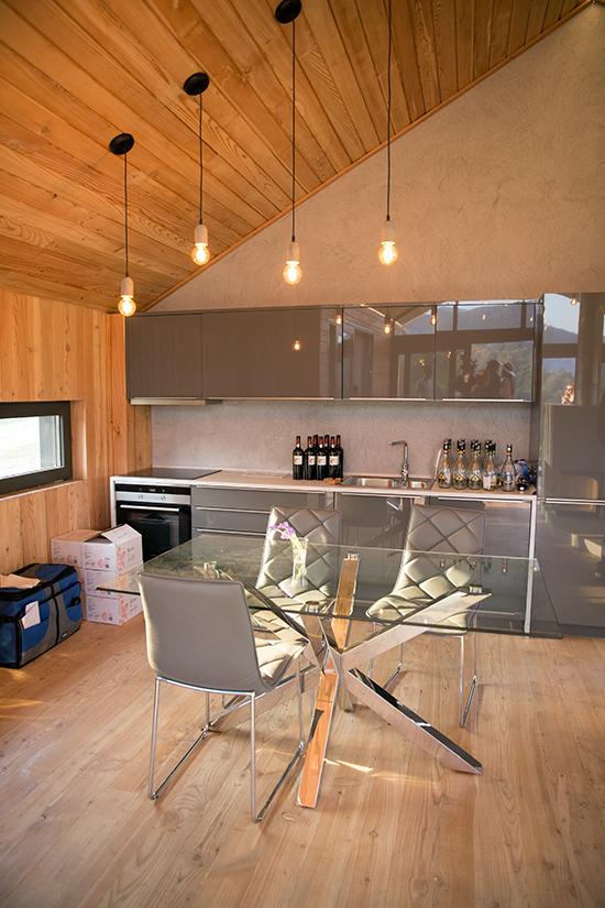 Complexul-eco-turistic-montan-Valley-21-Vama-Buzaului,-interior-bucatarie-casa-ecologica