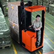 Stacker transpaleta electrica BT Staxio 1.35t Stand-on de la firma Toyota Material Handling